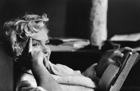 La-biblioteca-de-Marilyn-Monroe-blanco-y-negro-800x522