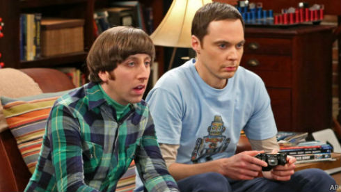 Howard y Sheldon, personajes de The Big Bang Theory, son tanto geeks como nerds.