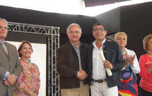 Carlos Ghersy director de Radio el Hatillo recibe su condecoracion