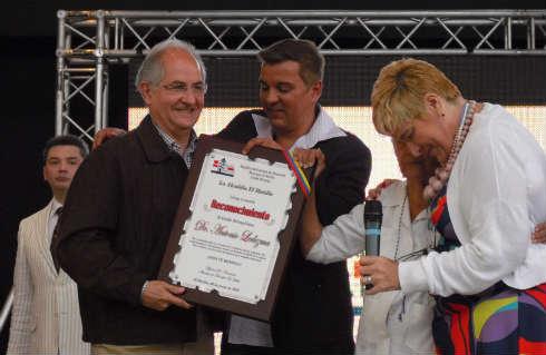 El Alcalde Antonio Ledezma recibe placa de reconocimiento