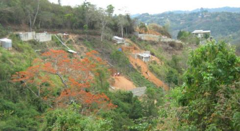 Ocupaciones irregulares en plena entrada a Los Robles(1)