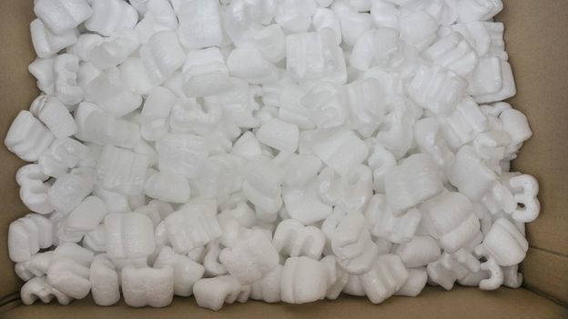 Las pelotas de poliestireno también se usan para embalar y proteger objetos delicados.