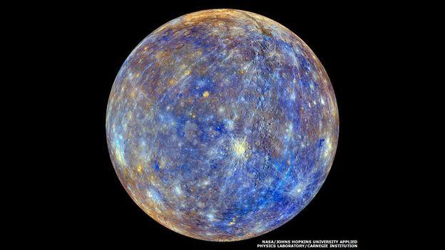Una imagen realzada de Mercurio muestra las diferencias químicas, físicas y mineralógicas entre las rocas de la superficie.