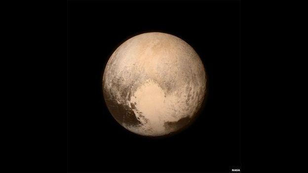 Y finalmente, la imagen más detallada de Plutón que hayamos visto cortesía de la sonda New Horizons. La información más reciente es la más precisa sobre el tamaño y la composición de Plutón. El planeta resultó 80 Km más grande de lo que se esperaba.