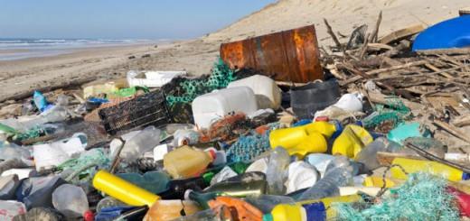 Playa-contaminada-con-plásticos-960x623