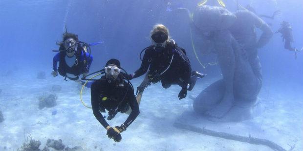 Buceadores en una zona de arrecifes de coral en Bahamas. EFE/BREEF