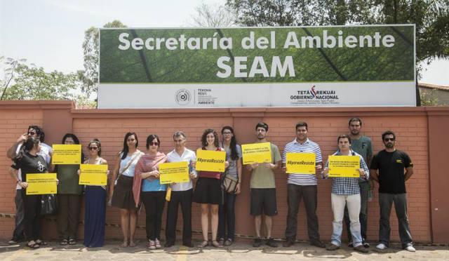 Activistas de Amnistía en defensa de los indígenas ayoreo totobiegosode amenazados por la tala ilegal. EFE/Santi Carneri