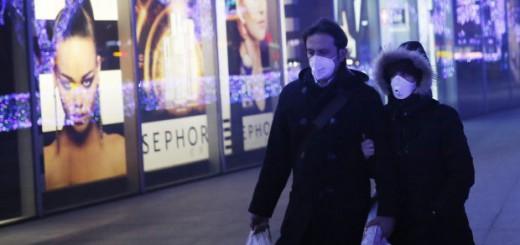 De compras por Pekín con mascarillas. EFE/Wu Hong