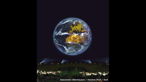El foco de atención de la exposición es una gran proyección de la Tierra. Está compuesta de imágenes satelitales de alta resolución que se mueven coordinadamente y muestran la atmósfera y los cambios que ocurren en la Tierra en el transcurso del día a la noche y durante las temporadas.