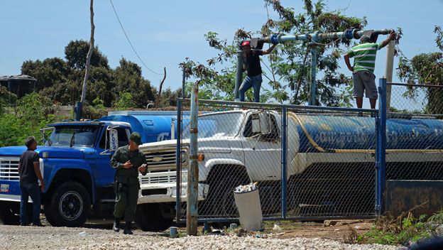 Los camiones cisterna en Margarita se surten de unos pozos profundos controlados por la Guardia Nacional.