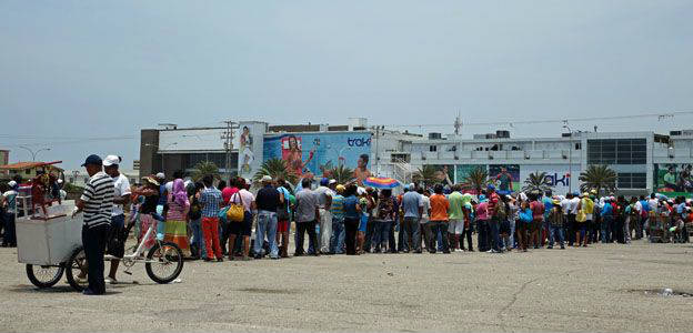 La cola para comprar productos, como en cualquier lugar de Venezuela, la hay en Margarita.