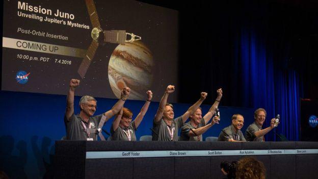 Los científicos de la NASA celebraron la noticia de que Juno había entrado en la órbita de Júpiter después de completar una peligrosa maniobra de frenado de 35 minutos. Imagen: Reuters