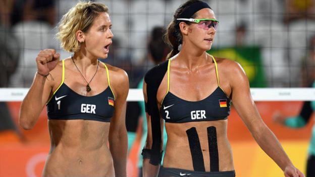 Las alemanas Laura Ludwig y Kira Walkenhorst vencieron 2-0 al equipo egipcio de voleibol playa femenino. Imagen: Getty