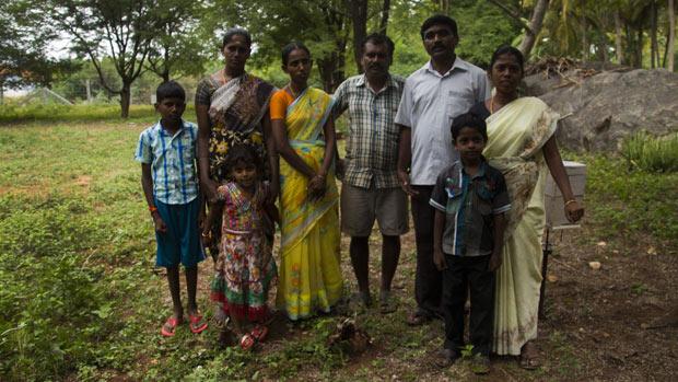 A. Parthiban le brinda soporte a sus vecinos que tienen colmenas, para aumentar la producción de sus cultivos y mejorar su alimentación, Gobichettipalayam, Tamil Nadu, India Julio 2016.
