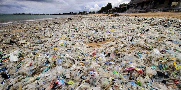 th_1cce678baa2865fe866ba90e481edd63_plasticos-playa-Bali-