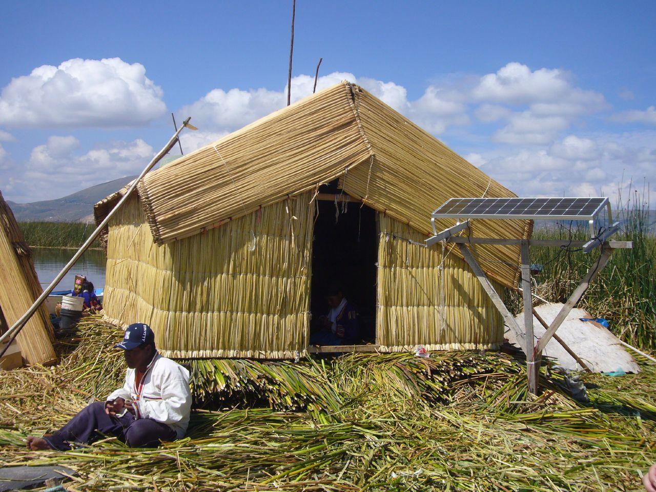 Casa de caña con paneles solares en Los Uros, Lago Titicaca, Perú. (CC) Yan-Di Chang (Creative Commons, Attribution 2.0 Generic