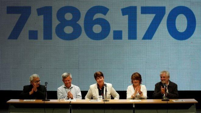 Rectores de universidades venezolanas hablan al público tras el plebiscito convocado por la oposición. Al fondo, la cifra exacta de participación. Imagen: REUTERS