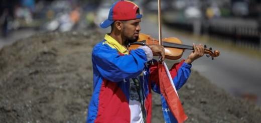 Wuilly Arteaga tocando en las calles de Caracas en una protesta en julio. Imagen: EPA