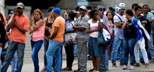 El desabastecimiento y los precios regulados han provocado que los venezolanos se acostumbren a hacer largas filas para comprar alimentos. Imagen: AFP