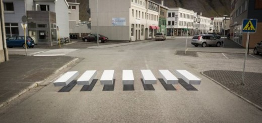 El cruce está pintado de forma que parece que flota sobre la calle. imagen: GUSTI PRODUCTIONS